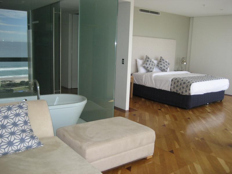 Main Bedroom, with ensuite, Spa bath - Aria Apartments