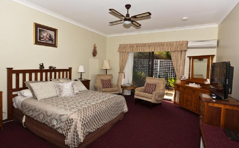 Spacious, well-appointed Queen Room - Noble Grape B and B