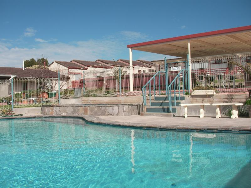 outdoor pool with shelter - Oyster Court Motel & Holiday Units Stansbury