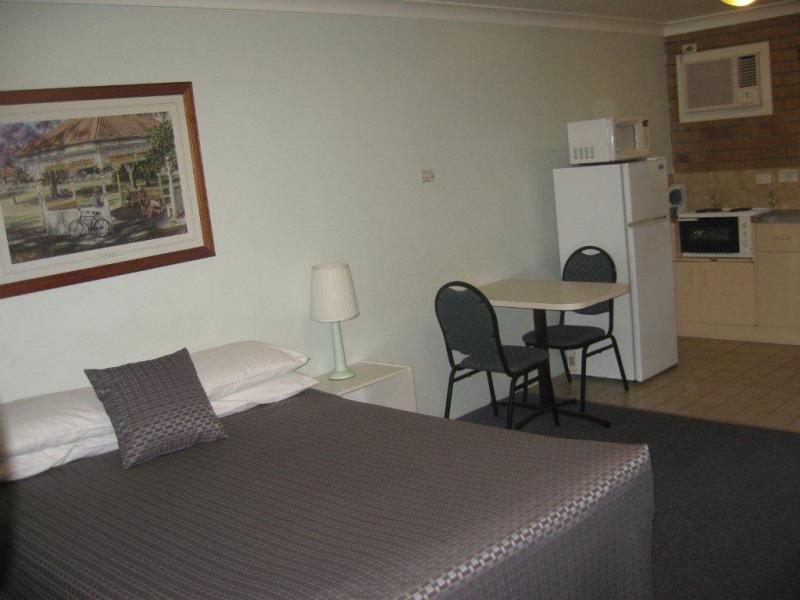 Spacious Queen studio - Paramount Motel Brisbane