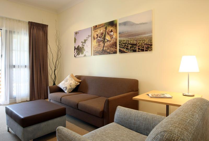 Deluxe Queen Suite - Lounge - Pokolbin Village