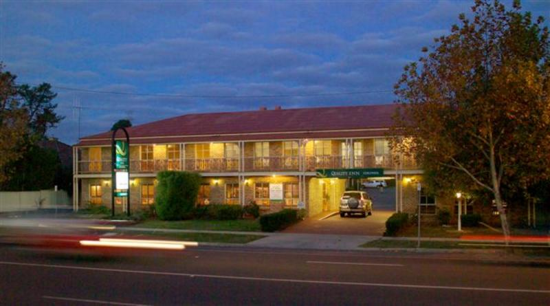 Motel Entrance - Quality Inn Colonial