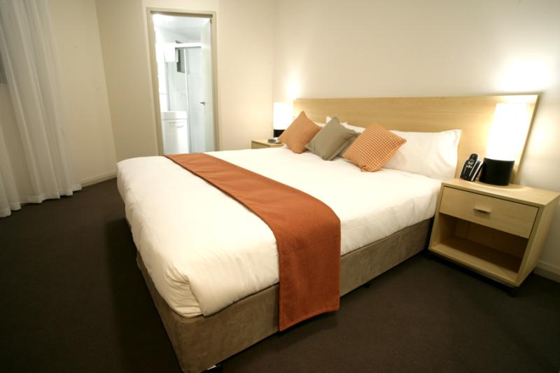 King size bedding and ensuite - Quest Castle Hill