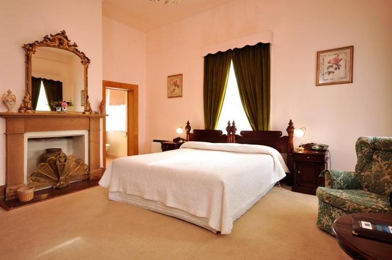 Deluxe Spa room - spacious, sunny & comfortable - The Racecourse Inn