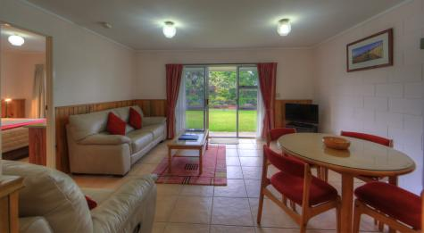 2 Bedroom Living Area - Daydreamer Holiday Apartments
