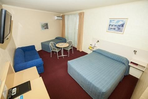 Queen with single room - Palm Court Motor Inn